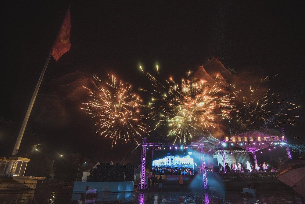 Концерт завершился праздничным фейерверком.