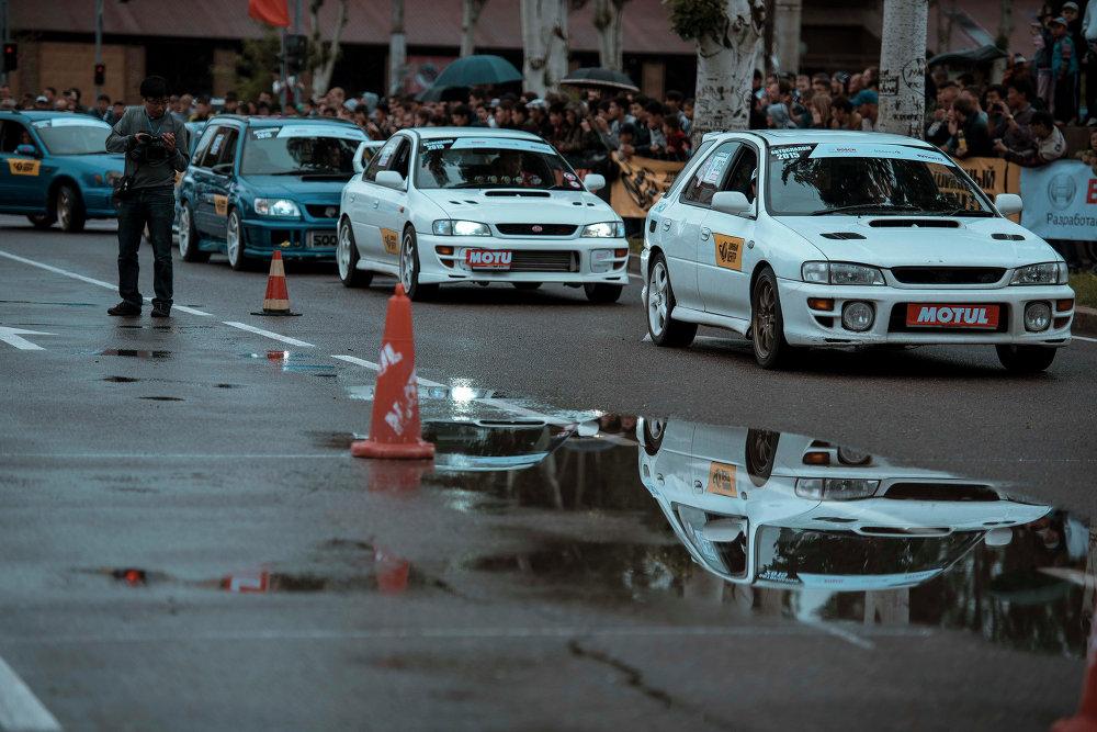 В автослаломе участвовали пилоты Subaru, Nissan, BMW.