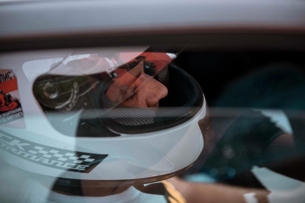 В целях безопасности пилотам автомашин было велено надевать защитные шлемы.