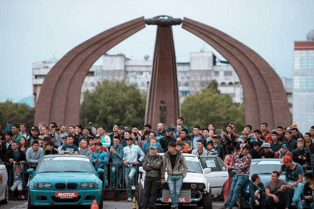 Для проведения мероприятия перекрыли улицу у площади Победы.