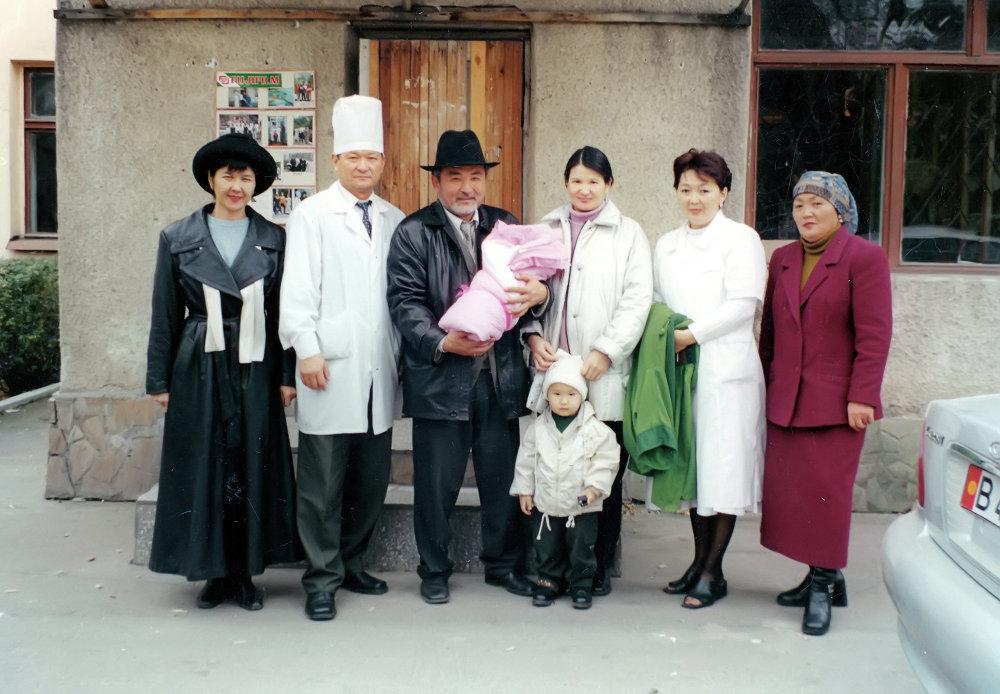 Основатель компании Шоро Табылды Эгембердиев встречает жену и новорожденного ребенка в роддоме №2