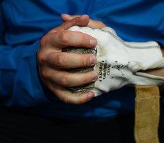 Руки мужчины сжатый в кулак. Архивное фото