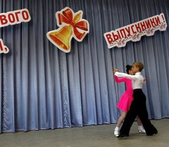 Дети танцуют на выпускном вечере. Архивное фото