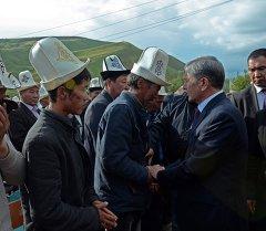 Мамлекет башчысы Алмазбек Атамбаев кырсыкка кабылган Кыр-Жол айлынын эли менен жолукту