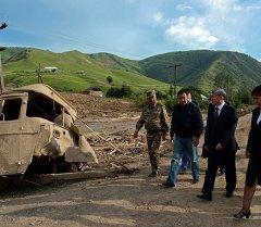 Президент Алмазбек Атамбаев Кыр-Жол айылында. Архив