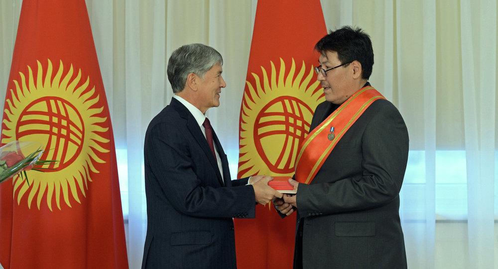 Президент КР Атамбаев наградил журналиста Сыргака Абдылдаева медалью Эрдик. Архивное фото
