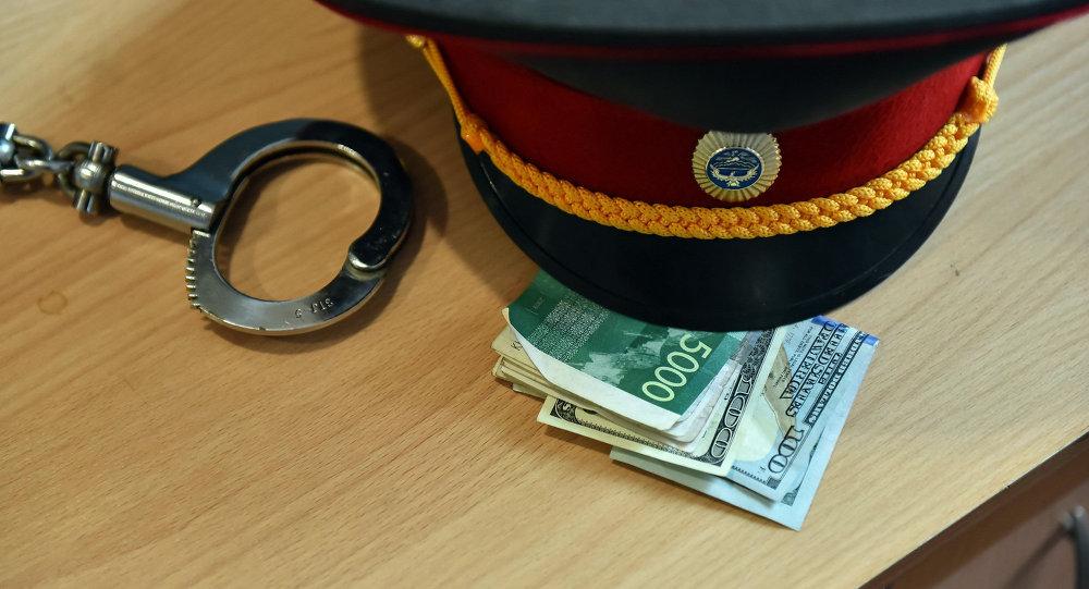 Фуражка сотрудника правоохранительных органов и деньги. Архивное фото