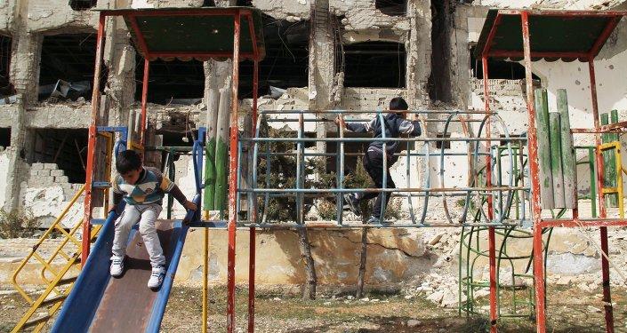 Мальчики играют на детской площадке в сирийском городе Маалюля. Архивное фото