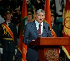 Президент Алмазбек Атамбаев Кыргызстандын Куралдуу күчтөрүнүн аскер кызматчыларын кесиптик майрамы менен куттуктады.