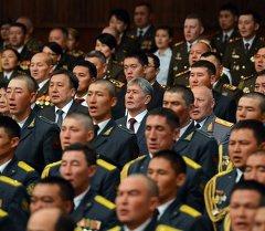Президент Алмазбек Атамбаев во время концерта в день Вооруженных сил КР. Архивное фото