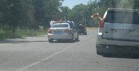 Выпускники школ высовывались по пояс из машин и выезжали на встречку