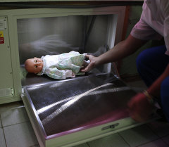 Кукла в контейнере. Архивное фото
