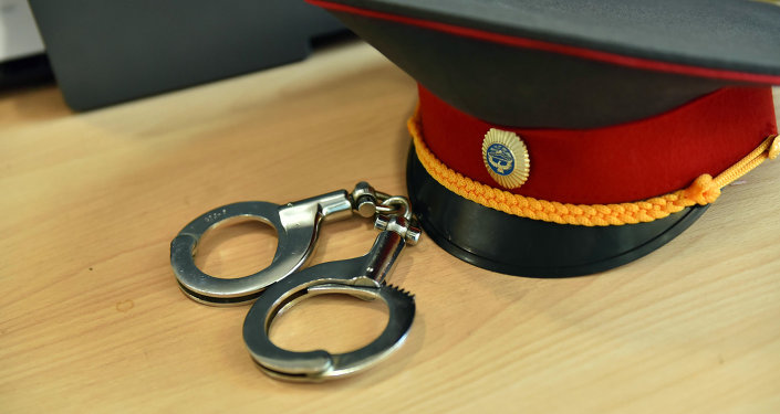 Наручники для ареста и фуражка милиционера внутренних дел. Архивное фото
