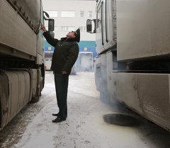 Сотрудник таможни проверят груз в зоне таможенного контроля. Архивное фото