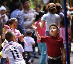 Дети пускают пузырьки. Архивное фото