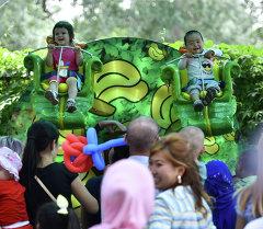 Дети катаются в аттракционе в парке Панфилова. Архивное фото