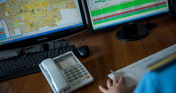 Работа за компьютером дежурного патрульной милиции. Архивное фото