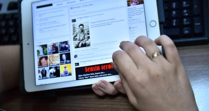 Страница одной из социальных сетей на планшете. Архивное фото