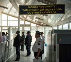 Сотрудники таможенного контроля на границе Кыргызстана. Архивное фото