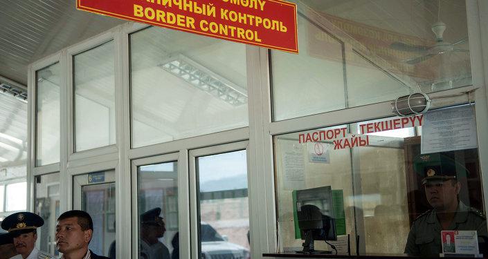 Сотрудники пограничного контроля. Архивное фото
