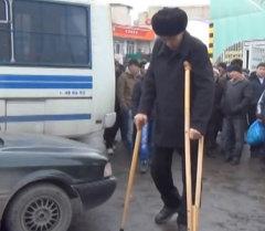 Кыргызстандагы эң узун киши дарыланыш үчүн акча табууга аракет кылган
