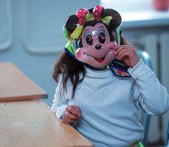 Девочка в маскарадной маске. Архивное фото
