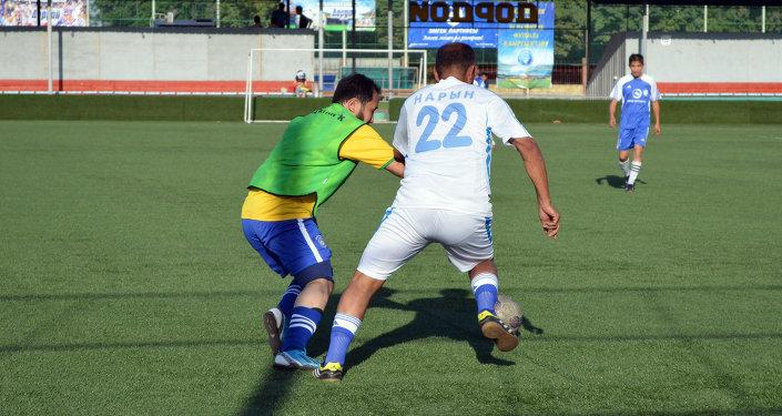 Кыргыз артисттери футбол ойноп аткан кези.