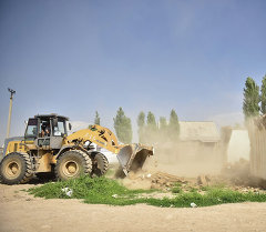 Работники мэрии города Бишкека сносят бульдозером незаконно построенные дом. Архивное фото