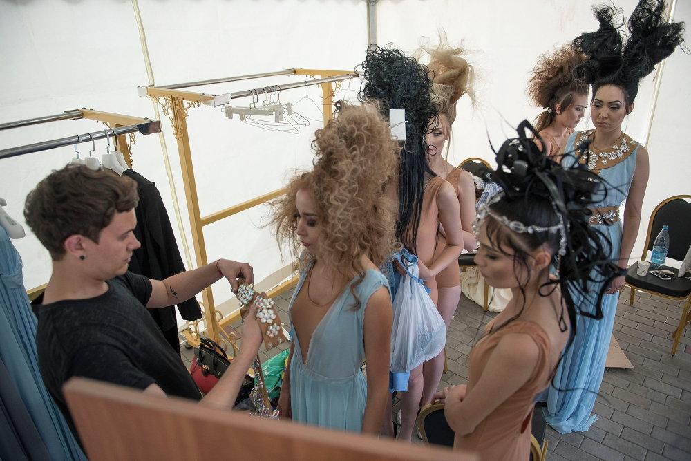 Моделдерди Fashion Show-2015 иш-чарасында подиумдан басып өтүүгө даярдоо.