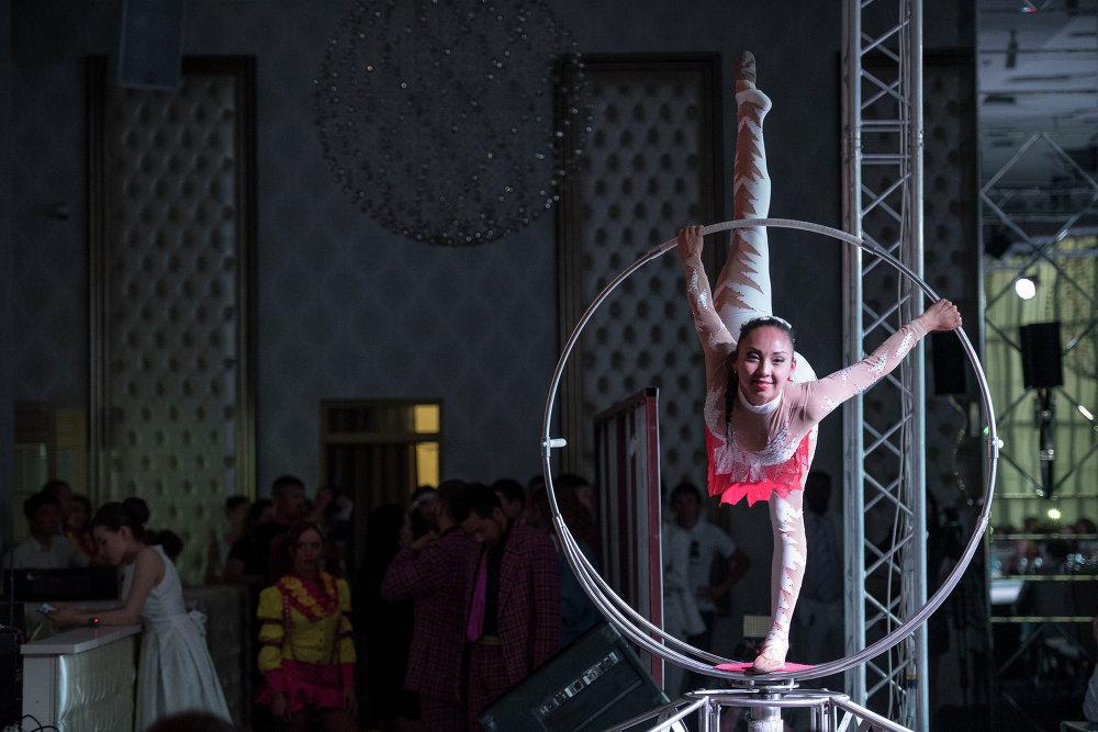 Бишкектик акробаттардын өнөрү.