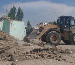Трактором сносили незаконно-построенный дом в Бишкеке