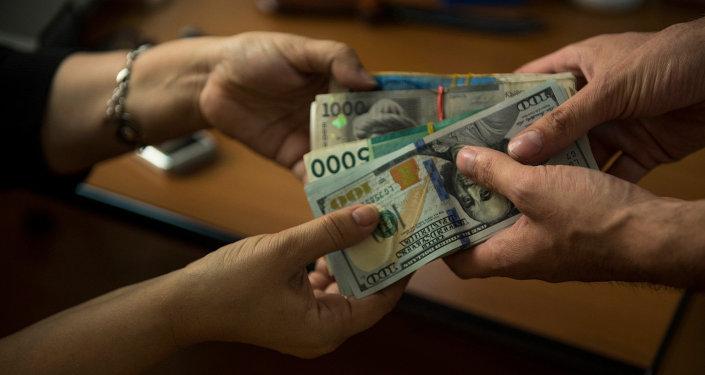 Мужчина передает деньги женщине. Архивное фото