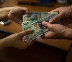 Передача денег. Архивное фото