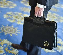 Человек с портфелем. Архивное фото
