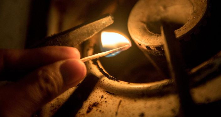 Газовая плита и спички. Архивное фото