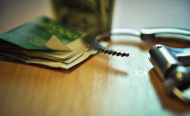 Наручники и деньги. Архивное фото