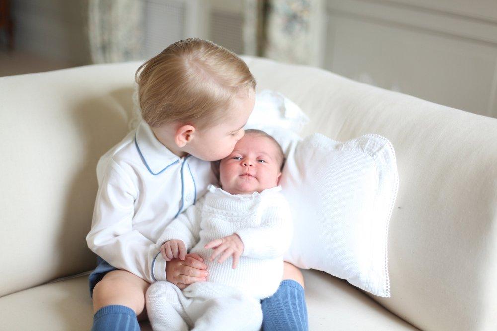 Опубликованы первые фото британской принцессы Шарлотты