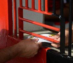 Мужчина получает билет на футбольный матч. Архивное фото