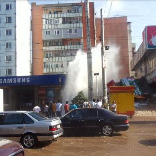 Ахунбаев көчөсүндөгү суу түтүгүнүн жарылышынан бийиктиги 20 метрге жеткен фонтан пайда болду