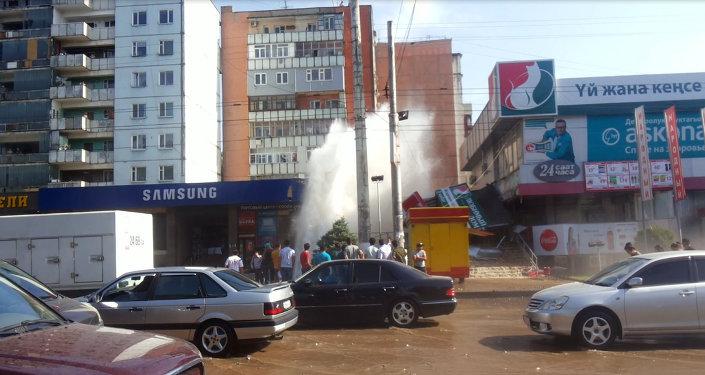 Прорыв трубы на пересечении улиц Ахунбаева-Тыныстанова в Бишкеке