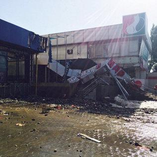 Фонтан в 20 метров образовался из-за прорыва трубы на Ахунбаева