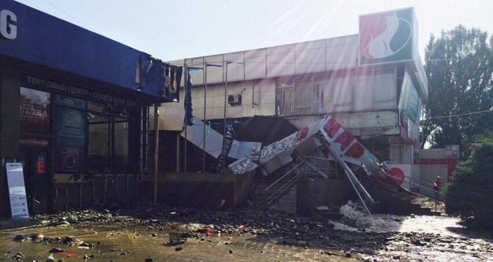 Повреждено несколько близлежащих зданий магазинов.