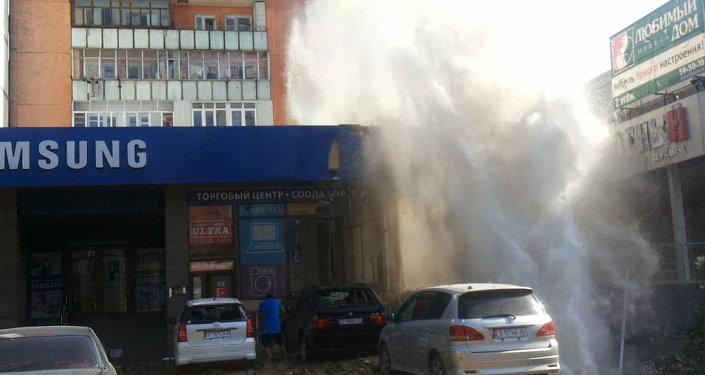 Фонтан из прорванной трубы искупал магазины в Бишкеке