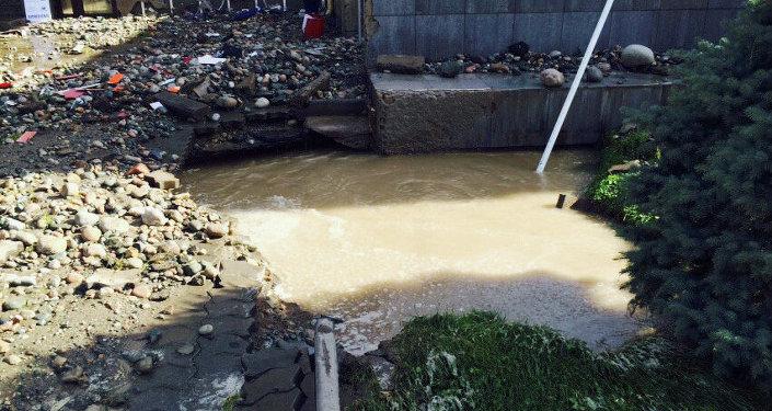 Водопроводную трубу прорвало в районе пересечения улиц Ахунбаева и Тыныстанова