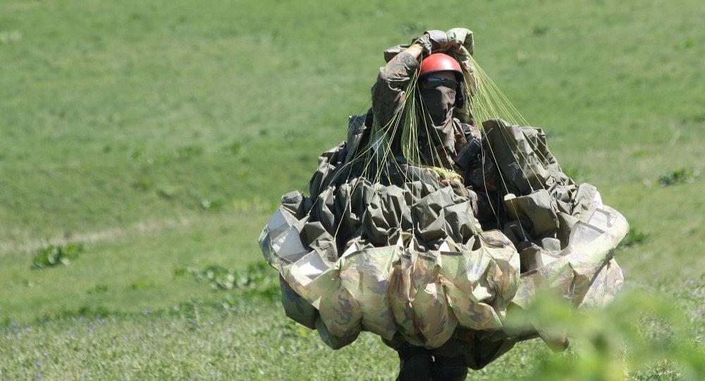 Боец Генерального штаба Вооруженных сил во время недельных сборор по парапланетарной подготовке.