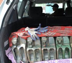Автоунаага салынган канистр. Архив