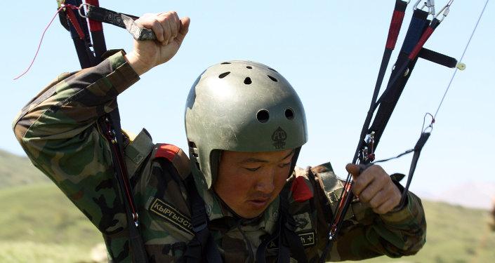 Участники сбора отрабатывали действия по подготовке параплана и штатного оружия к полету и сбору после приземления, порядку набора высоты и др.