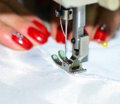 Женщина за шитьем. Архивное фото