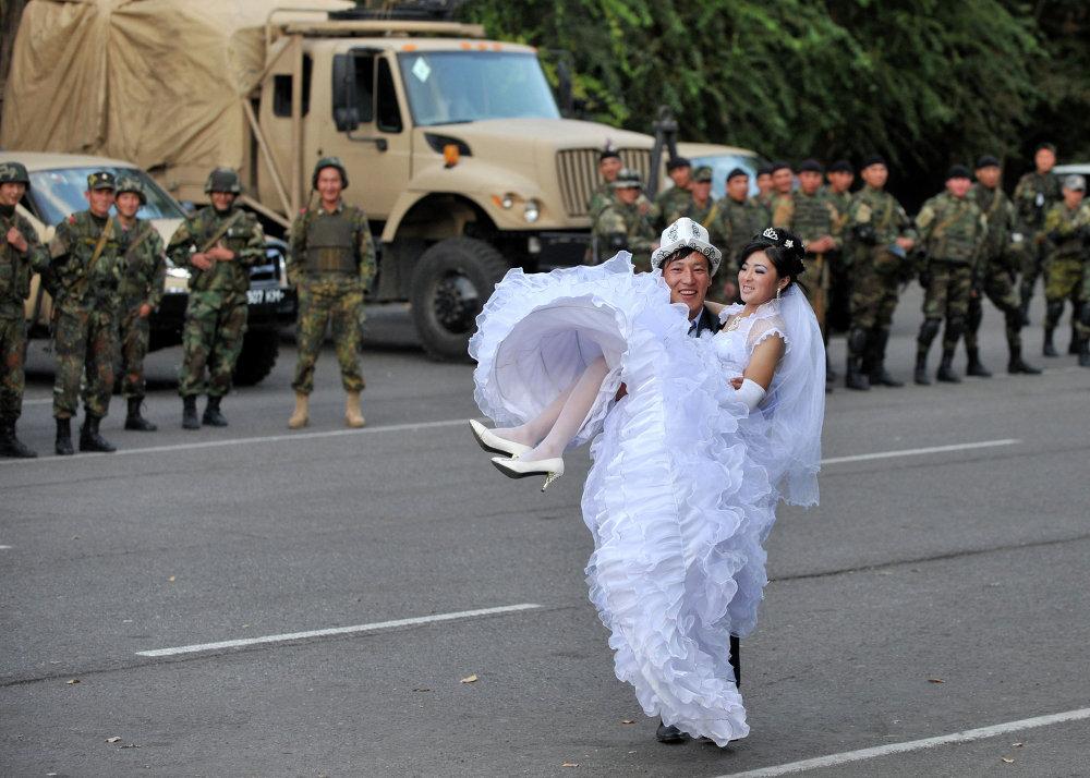 Баш кошкон жаштар Ош шаарында милиция кызматкерлеринин жанында сүрөткө түшүүдө, 9-октябрь, 2010
