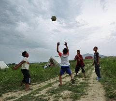 Дети играют в мяч. Архивное фото